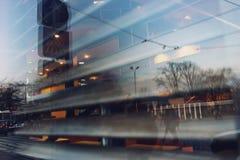城市在一个咖啡馆的窗口里被反射与快门的 库存照片