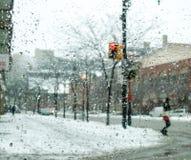 城市在冬天看通过窗口的,多伦多, 免版税库存图片