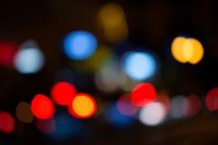 城市在夜之前,与在焦点外面的抽象背景点燃 免版税库存照片