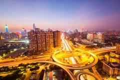 城市在夜秋天的天桥路 免版税库存图片