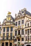 城市在布鲁塞尔大广场的大厦门面在一个晴天 免版税库存照片