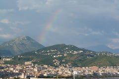 城市在彩虹下雨的夜间光 库存图片