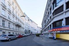 城市在日落,在karlsplatz附近的车库的街道视图 库存照片