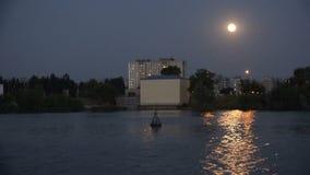 城市在晚上微明下用在月亮的光芒的水 股票录像