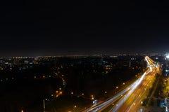 城市在晚上有街道的看法 图库摄影