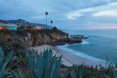 城市在晚上点燃看法拉古纳海滩 免版税库存照片