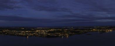 城市在海的中部 免版税库存照片