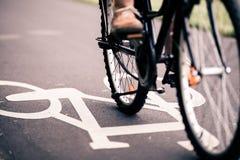 城市在自行车道路的自行车骑马 免版税库存图片