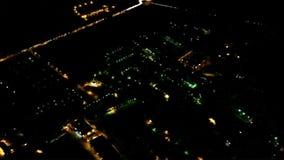 城市在从下降的航空器的晚上点燃在飞行中在登陆前 股票视频