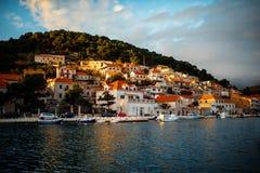 城市在Brac海岛,克罗地亚上的Bol视图 免版税库存图片