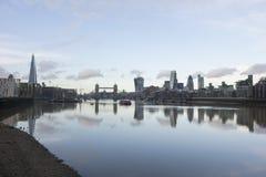 城市地平线和泰晤士河,伦敦,英国 免版税库存图片