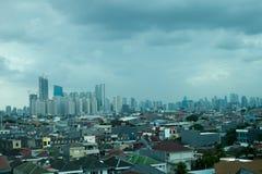城市地平线在多云天 库存照片