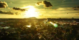 城市地平线太阳集合 免版税库存图片