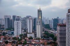 城市地平线的看法在清早光的与房子和大厦在多云天空下在市São保罗 库存照片
