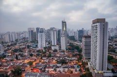 城市地平线的看法在清早光的与房子和大厦在多云天空下在市São保罗 免版税库存照片
