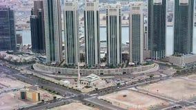 城市地平线空中寄生虫视图、著名塔和摩天大楼、Al Reem海岛、阿布扎比、小游艇船坞正方形和清真寺 影视素材