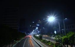 城市场面在与慢快门的晚上 免版税库存图片