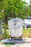 城市垃圾箱由金属制成在一个夏日 免版税库存照片