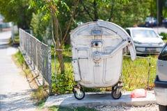 城市垃圾箱由金属制成在一个夏日 免版税库存图片