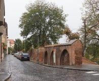 城市堡垒墙壁的遗骸在Manejului街道上的在一个雨天 锡比乌市在罗马尼亚 库存照片