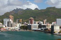 城市堤防、城市和山 路易斯・毛里求斯端口 免版税库存图片