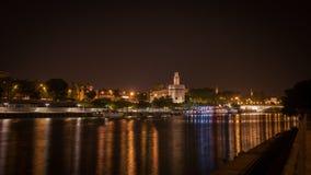 城市塞维利亚河视图在充分夜城市五颜六色的光之前 免版税库存图片