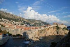 城市墙壁、老镇、山和海在杜布罗夫尼克,克罗地亚 免版税图库摄影