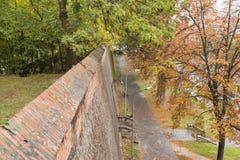 城市墙壁和小径的片段在一个雨天在锡比乌市在罗马尼亚 免版税库存照片