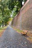 城市墙壁和小径的片段在一个雨天在锡比乌市在罗马尼亚 免版税库存图片