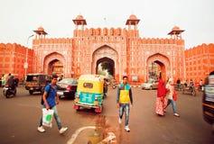 城市墙壁和年轻印地安人著名18世纪Ajmeri门走在车附近的 免版税库存图片