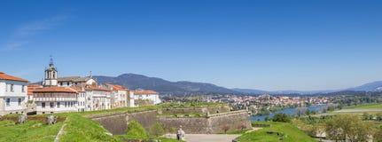 城市墙壁的全景和房子在瓦伦西亚做米尼奥省 库存图片