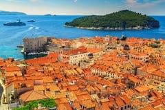 从城市墙壁的杜布罗夫尼克全景,克罗地亚老城市 免版税库存照片