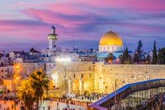 城市外部耶路撒冷尖塔老墙壁 库存图片