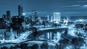 城市夜场面、光卓越的看法和河 库存图片