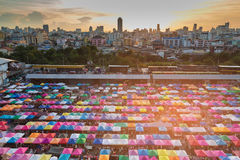 城市夜市场鸟瞰图,多个颜色跳蚤市场 图库摄影