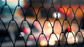 城市夜生活通过篱芭摘要 影视素材