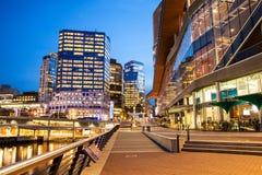 城市夜,看从温哥华会议中心在黎明 库存图片