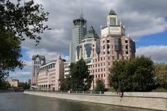 城市大厦在江边的莫斯科 免版税库存照片