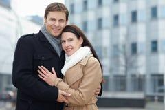 城市夫妇微笑的行程 免版税库存图片
