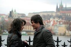 城市夫妇愉快的布拉格 免版税图库摄影