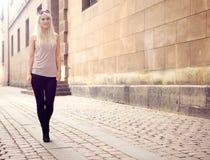 城市女孩时髦年轻人 免版税库存照片