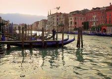 城市威尼斯的看法。一名平底船的船夫 免版税库存图片