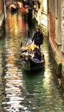 城市威尼斯的看法。一名平底船的船夫 免版税库存照片