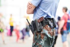 城市安全保卫 在都市街道的警察观看的定货 免版税库存照片