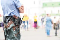 城市安全保卫 在都市街道的警察观看的定货 图库摄影