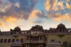 城市宫殿在斋浦尔,拉贾斯坦,印度首都 与风景剧烈的天空的建筑细节在日落 免版税库存照片