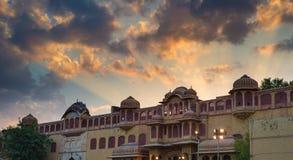 城市宫殿在斋浦尔,拉贾斯坦,印度首都 与风景剧烈的天空的建筑细节在日落 免版税库存图片