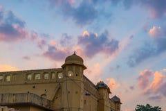 城市宫殿在斋浦尔,拉贾斯坦,印度首都 与风景剧烈的天空的建筑细节在日落 图库摄影