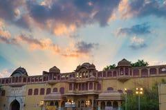 城市宫殿在斋浦尔,拉贾斯坦,印度首都 与风景剧烈的天空的建筑细节在日落 库存照片