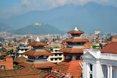 城市寺庙和小山寺庙在尼泊尔 免版税库存图片